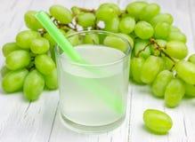 Verre de jus de raisins blancs et de raisins photographie stock libre de droits