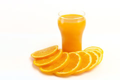 Verre de jus et d'oranges Photo stock