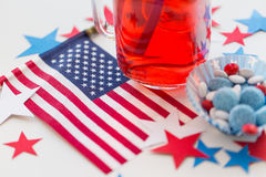 Verre de jus et drapeau américain le Jour de la Déclaration d'Indépendance Photo libre de droits