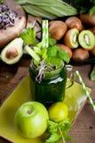 Verre de jus de légume frais sur le fond en bois foncé photos libres de droits