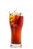 Verre de kola avec des glaçons Images stock