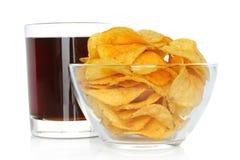 Verre de kola avec des pommes chips Photo libre de droits