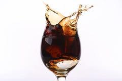 Verre de kola sur un fond blanc Photos stock