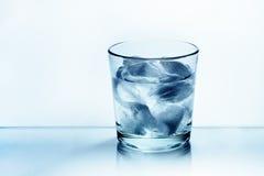 Verre de l'eau avec de la glace Photographie stock libre de droits