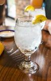 Verre de l'eau avec des glaçons et une tranche de citron photo stock