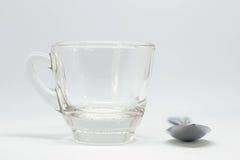 Verre de l'eau avec la cuillère à café Images stock
