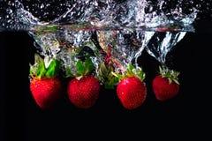 Verre de l'eau et de la fraise images stock