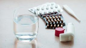 Verre de l'eau pure et de divers médicaments clips vidéos