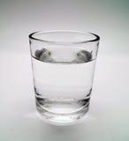Verre de l'eau sur d'isolement photos stock