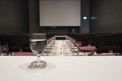 Verre de l'eau sur la table à la salle de conférences grande photographie stock libre de droits