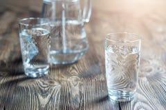 Verre de l'eau sur une table en bois Image libre de droits