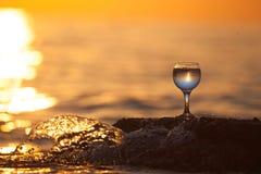 Verre de la vigne blanche avec des réflexions du soleil et de mer sur le backg photos libres de droits