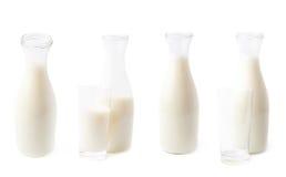 Verre de lait à côté de la bouteille d'isolement Photographie stock libre de droits