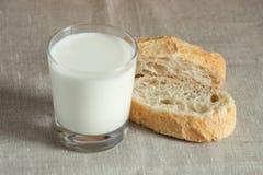 Verre de lait avec du pain frais photo libre de droits
