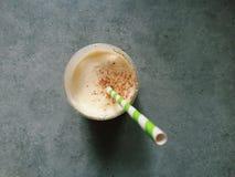 Verre de lait de poule fait maison épais avec la noix de muscade fraîche, paille Image libre de droits