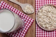 Verre de lait et d'avoine Images stock