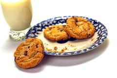 Verre de lait et de chocolat Chips Cookies Dessert Images stock
