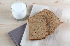 Verre de lait et de pain foncé Photographie stock libre de droits