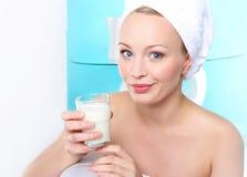 Verre de lait pour les os forts Photo stock