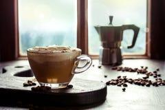 Verre de latte de potiron images stock