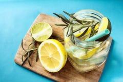 Verre de limonade faite maison surgelée image libre de droits