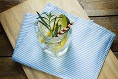 Verre de limonade faite maison surgelée images stock