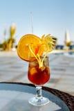 Verre de limonade orange avec des morceaux de citron et de glace Plan rapproché o Photo libre de droits
