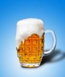 Verre de mousse de bière blonde Photos stock