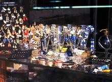 Verre de Murano dans la fenêtre de boutique, Venise Photos stock