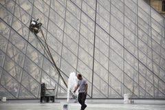 Verre de nettoyage de personnes de machine automatique française d'utilisation plus propre de pyramide de Louvre images libres de droits
