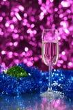 Verre de nouvelle année avec la boule de Noël Photos libres de droits