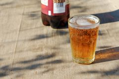 Verre de pinte de bi?re ambre de Pale Ale sur une vieille table en bois photo stock