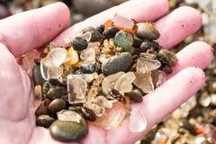 Verre de plage de mer dans une main images libres de droits