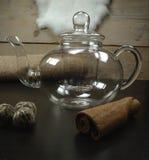 Verre de pot sain de thé de jasmin de thé vert avec le thé d'après-midi de fleur de thé au fond de cuisine image stock