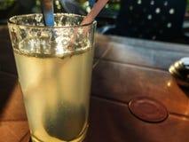 Verre de régénérer la soude froide de citron avec la paille à boire photographie stock libre de droits