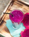 Verre de smoothie de fruit du dragon, de jus et de pitahaya frais Photos libres de droits