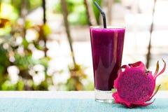 Verre de smoothie de fruit du dragon, de jus et de pitahaya frais Image stock