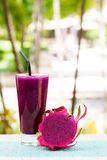 Verre de smoothie de fruit du dragon, de jus et de pitahaya frais Photographie stock