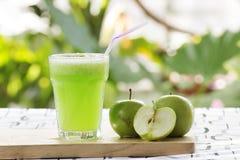 Verre de smoothie vert d'Apple photos stock