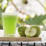 Verre de smoothie vert d'Apple photographie stock libre de droits