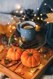 Verre de thé de cuisson à la vapeur chaud photo stock