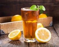 Verre de thé de glace avec la menthe et le citron Images libres de droits
