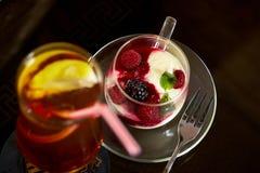 Verre de thé de glace avec le froid de citron Photo libre de droits