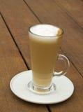 Verre de Transparetn de latte chaud Images stock