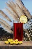 Verre de vermouth avec des olives sur une table en bois photographie stock