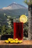 Verre de vermouth avec des olives sur une table en bois images libres de droits