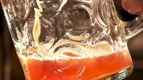 Verre de versement de bière anglaise ambre banque de vidéos