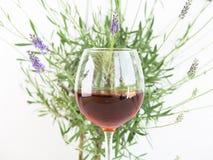 Verre de vin avec le buisson de lavande images libres de droits