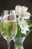 Verre de vin blanc avec des fleurs. Image libre de droits