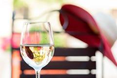 Verre de vin blanc frais délicieux sur la terrasse d'été outdoors Photos libres de droits